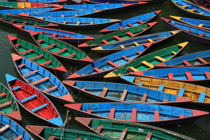 明亮的色的木材划艇在尼泊尔 免版税库存图片