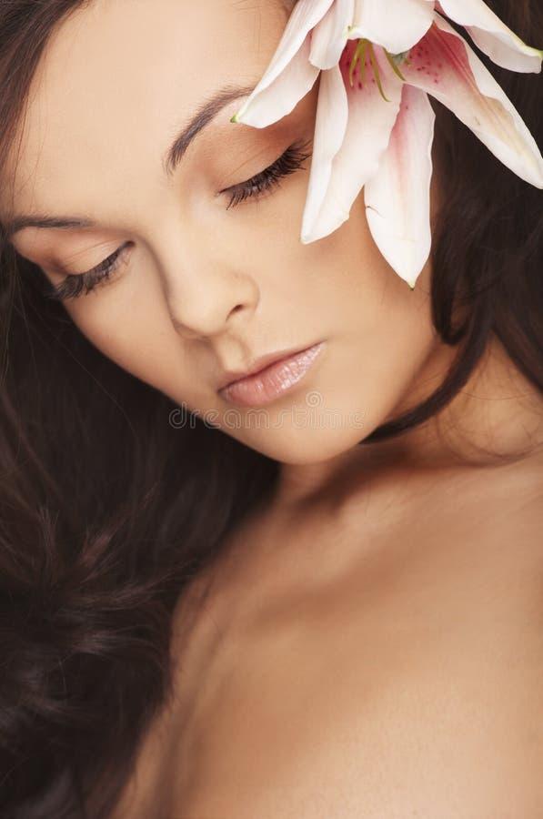 明亮的花性感的白人妇女 免版税库存照片
