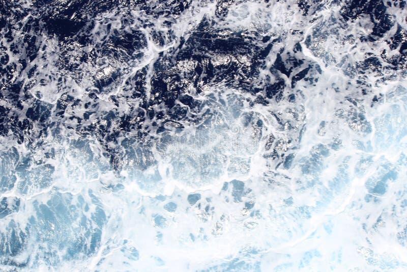 明亮的蓝色加勒比海洋水抽象特写镜头  免版税库存照片