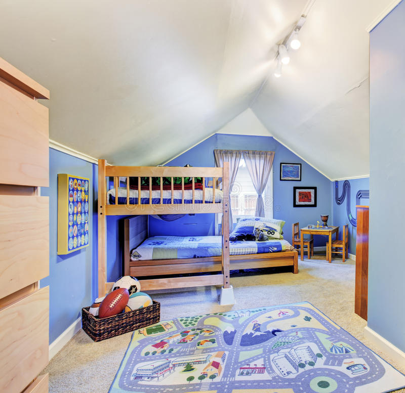 明亮的蓝色哄骗有床的室 免版税库存照片