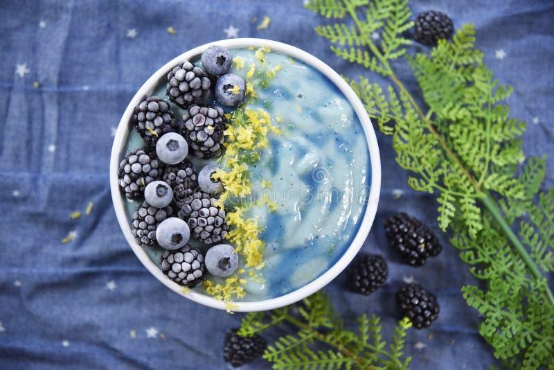 明亮的蓝色Superfood圆滑的人碗 免版税库存照片