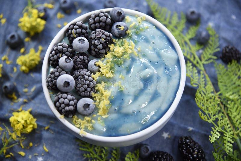 明亮的蓝色Superfood圆滑的人碗 免版税库存图片
