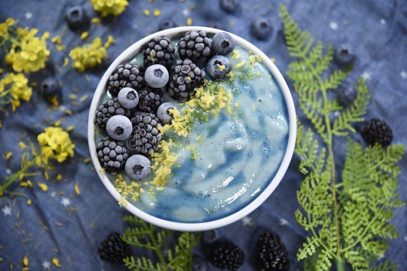 明亮的蓝色Superfood圆滑的人碗 库存图片