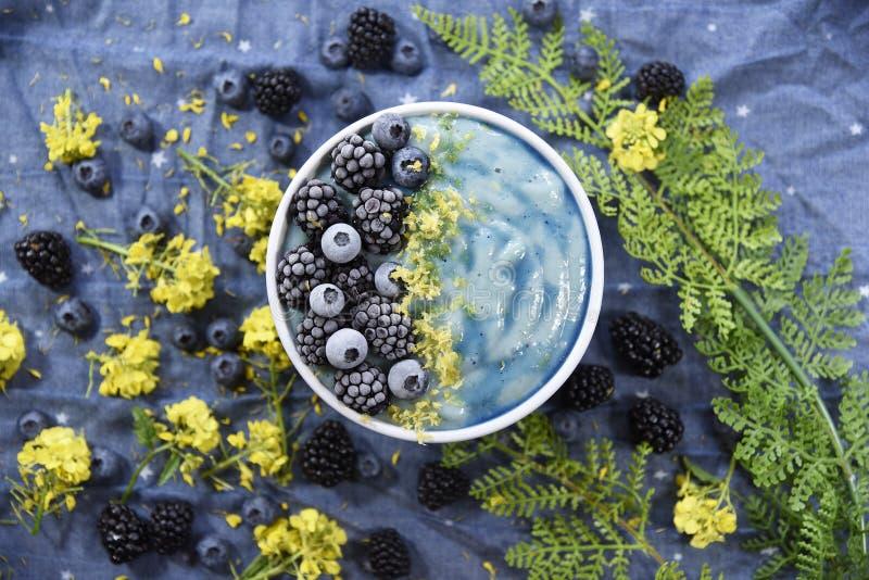 明亮的蓝色Superfood圆滑的人碗 免版税图库摄影