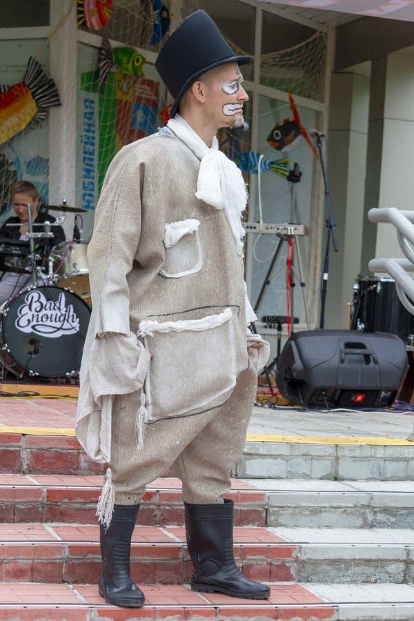 明亮的衣裳和cilinder的男性演员在街道剧院播放一meme 库存图片