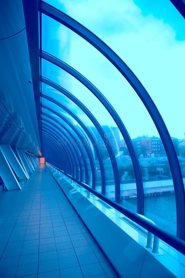 明亮的走廊玻璃红色视窗 免版税库存照片
