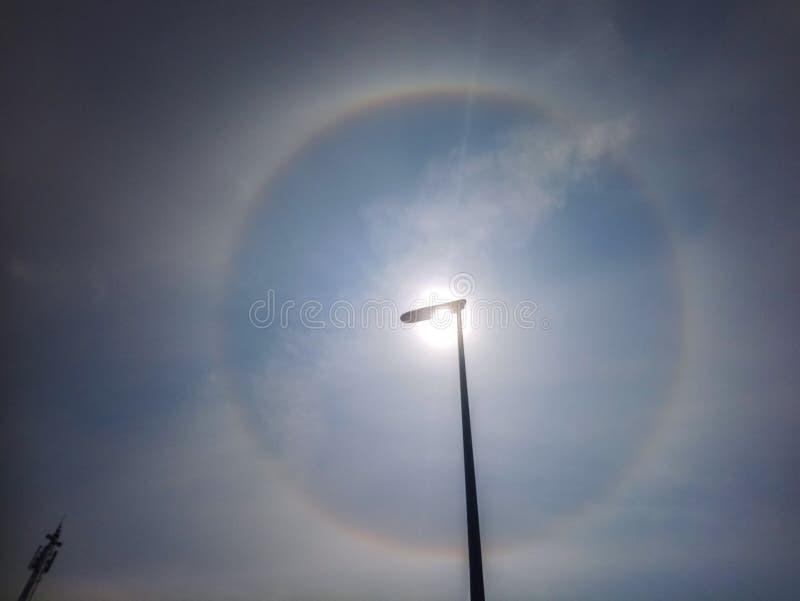 明亮的通报22度在太阳附近的光晕 库存照片