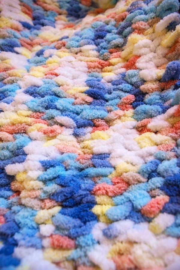 明亮的钩针编织的毯子 钩针编织明亮的地毯 明亮和五颜六色的钩针编织的毯子 免版税库存图片