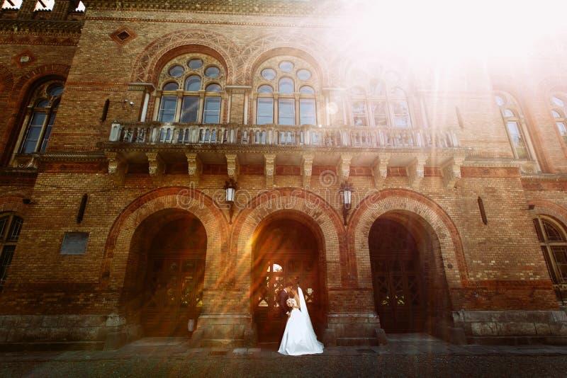 明亮的阳光和夫妇在曲拱 库存图片