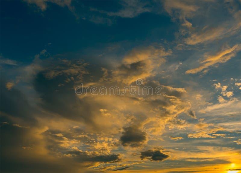 明亮的青的黄色颜色日落天空 免版税库存图片