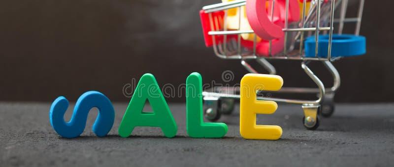 明亮的题字销售,有信件的消费者台车 销售,折扣,黑星期五概念横幅 库存图片