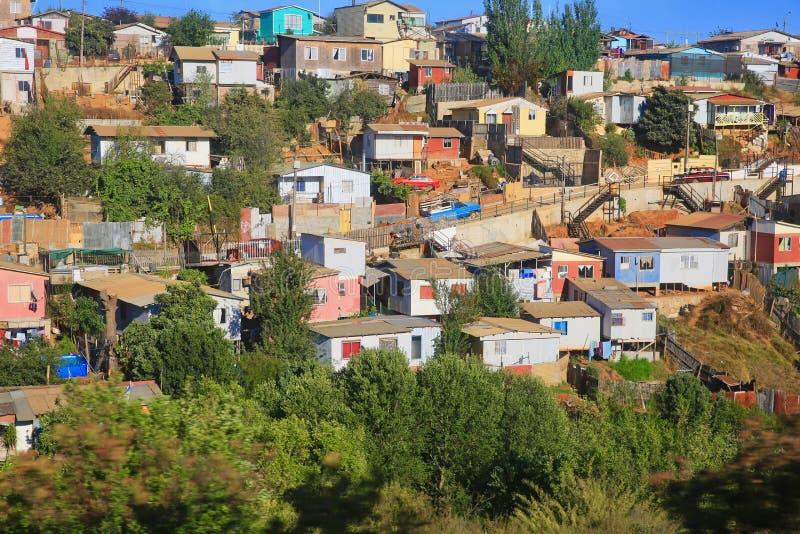 明亮的颜色在智利镇提高贫民窟 免版税库存照片