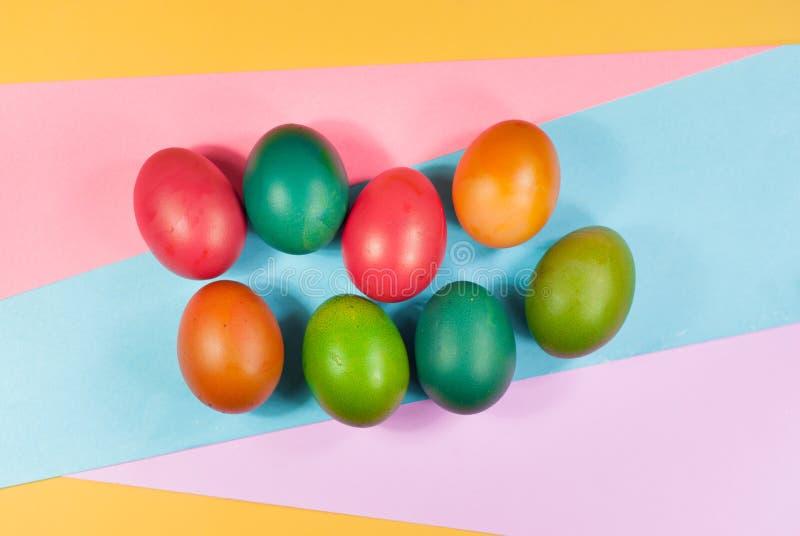 明亮的颜色复活节彩蛋装饰的五颜六色的背景品种  图库摄影