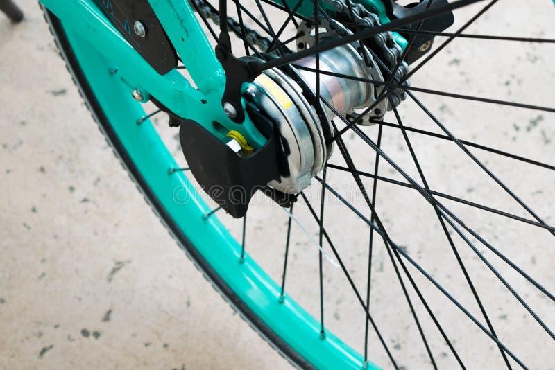 明亮的颜色绿松石自行车车轮轮胎轮幅  库存照片