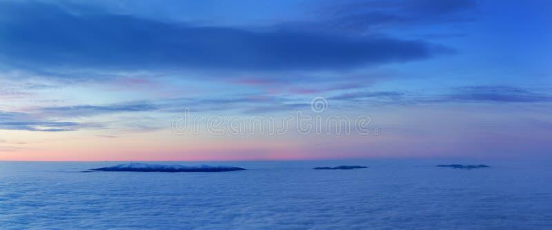 明亮的饱和的颜色在雾上海在上面的破晓喀尔巴阡山脉是美妙地美好的全景 免版税库存照片