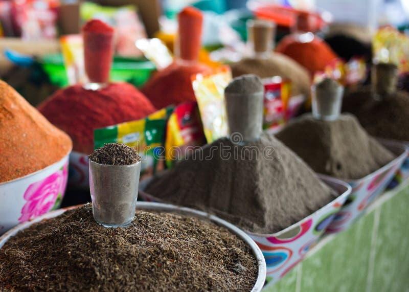 明亮的香料在义卖市场杜尚别,塔吉克斯坦 库存图片