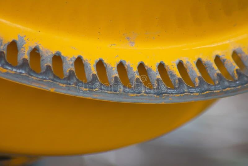 明亮的黄色混凝土搅拌机特写镜头  库存照片