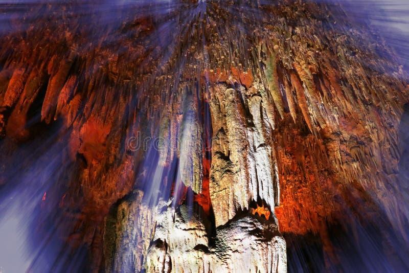 明亮的龙洞在有光的土耳其背景 免版税库存图片