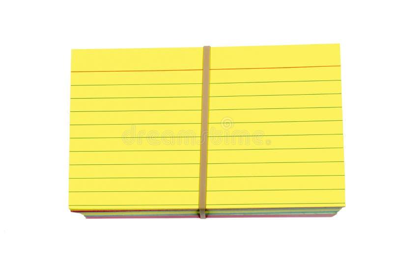 明亮的黄色上色了堆索引卡片包裹与橡皮筋儿 免版税库存照片