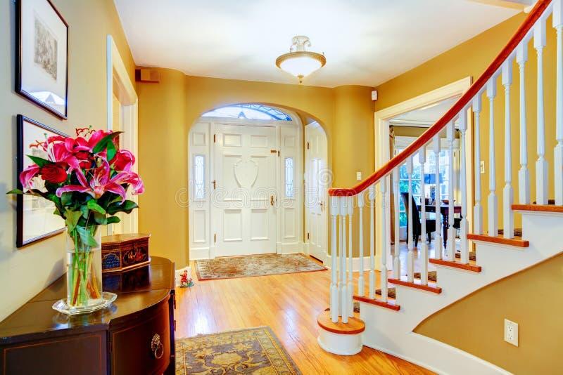 明亮的黄色和白色门厅 库存图片