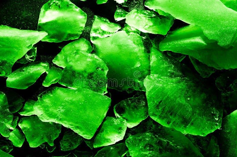 明亮被定调子的冰和水多的绿色抽象纹理的碎片  被曝光过度的宏指令 图库摄影