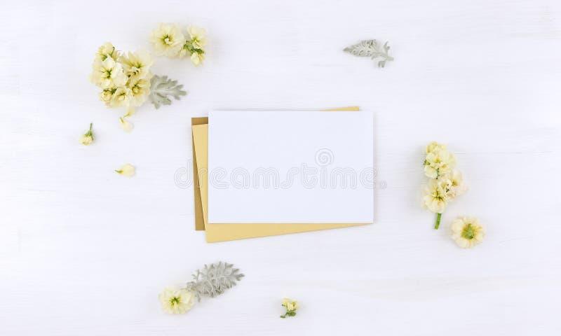 明信片大模型whith花和信封 免版税图库摄影