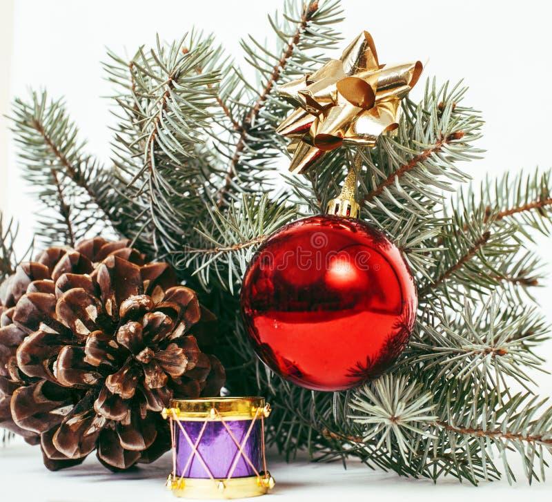 明信片问候的圣诞节装饰被隔绝的,白色背景,在树宏指令xmas的玩具设计,球和鼓 免版税库存图片