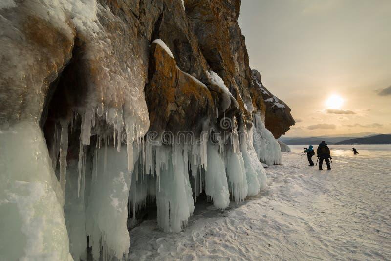 黎明和岩石在海岛Lohmaty附近 美好的冬天风景在贝加尔湖 免版税库存照片
