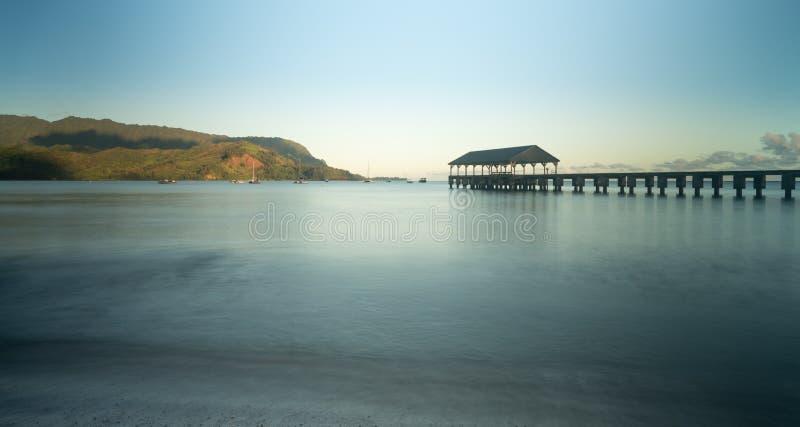 黎明和日出在Hanalei海湾和码头在考艾岛夏威夷 免版税库存照片