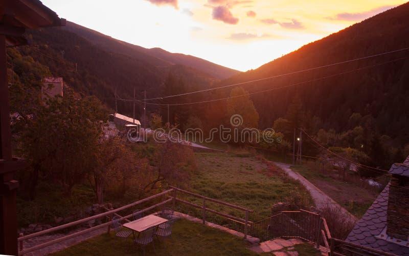 黎明在山的村庄 免版税库存照片