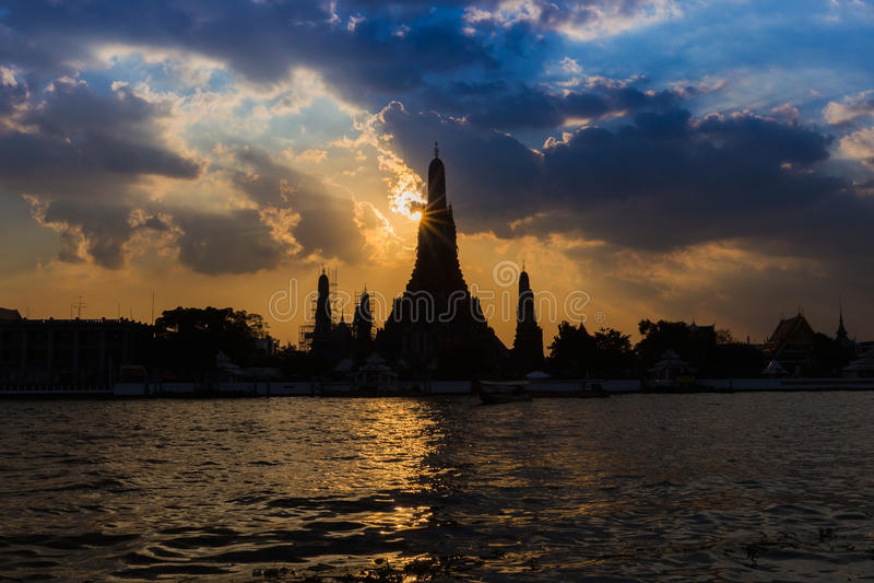 黎明寺寺庙剪影与Chaopraya河一起的 免版税图库摄影