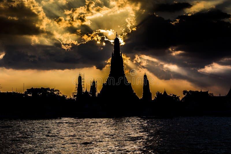 黎明寺,横跨河的日落剪影  免版税库存照片