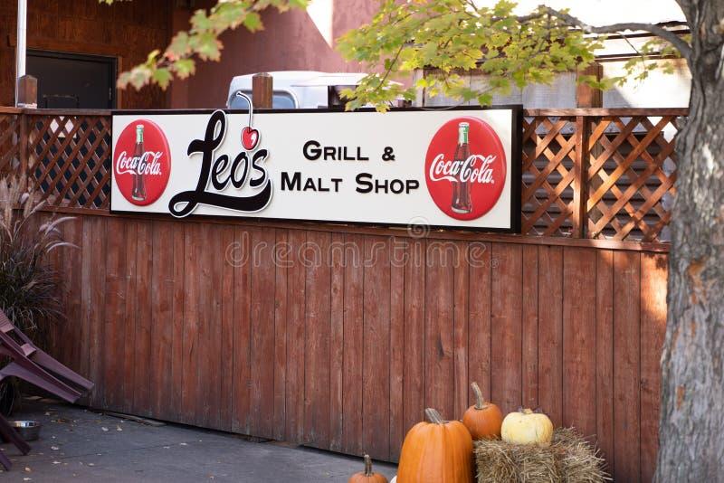 明尼苏达州斯蒂尔沃特市 — 2019年10月14日:Leos Grill餐厅和Malt Shop餐厅位于历史悠久的Stillwater市中心,仅 库存照片