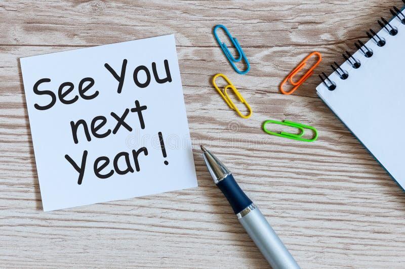 明年再见-写在备忘录在办公室桌上 2018新年来 图库摄影