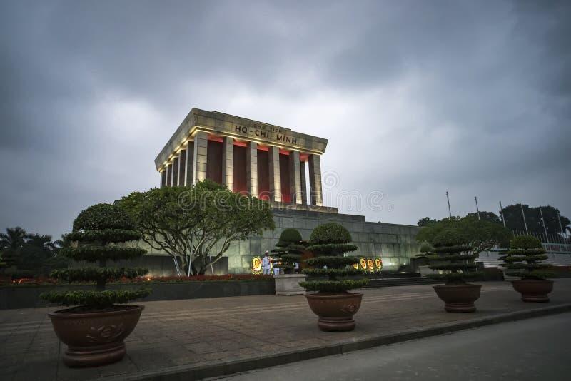 明星陵墓反对多云天空的胡志明在晚上,河内 免版税图库摄影