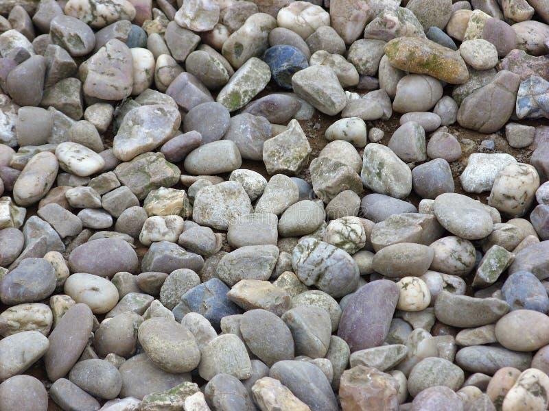 明显乏味石头和小卵石装载  免版税库存照片