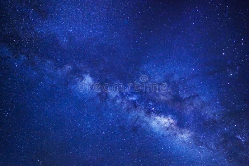 明显地与星的银河星系和空间在univer拂去灰尘 库存图片