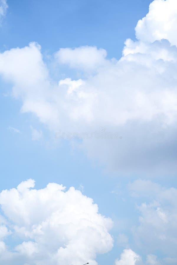明显地与独特的云彩的美丽的天空蔚蓝 免版税库存图片