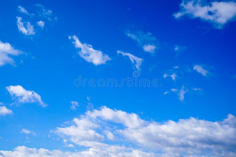 明显地与独特的云彩的美丽的天空蔚蓝 免版税图库摄影