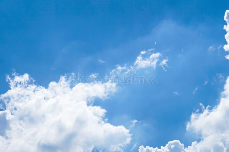 明显地与独特的云彩的美丽的天空蔚蓝 免版税库存照片