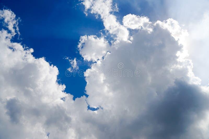 明显地与独特的云彩的美丽的天空蔚蓝 库存图片
