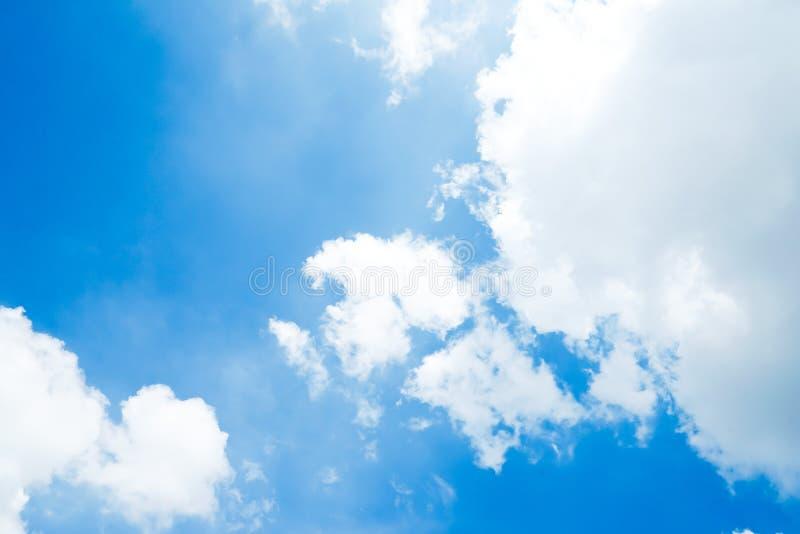 明显地与独特的云彩的美丽的天空蔚蓝 图库摄影