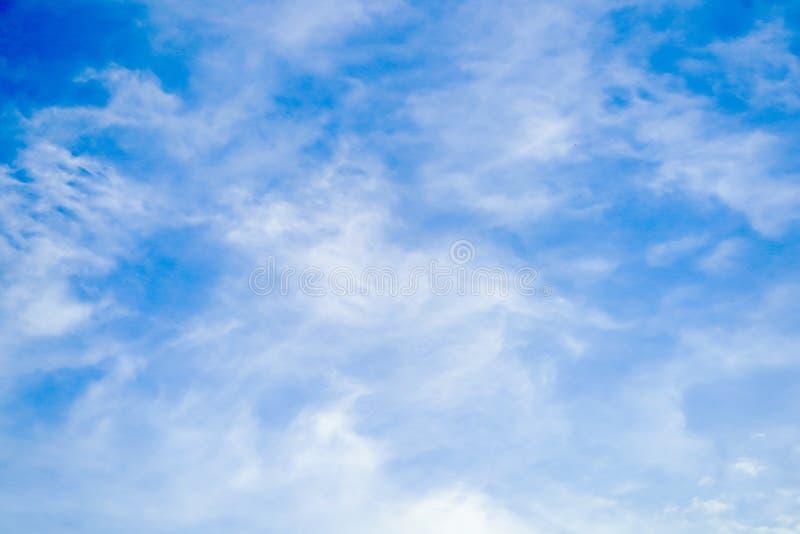 明显地与独特的云彩的美丽的天空蔚蓝 库存照片