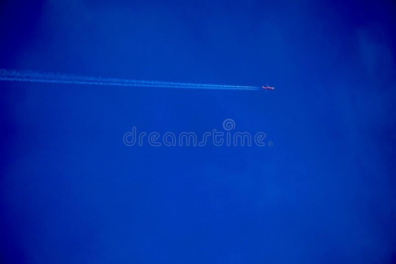 明显地与空白线路飞机的美丽的天空蔚蓝 免版税库存图片