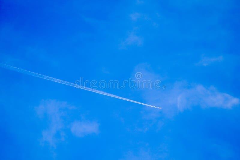 明显地与空白线路飞机的美丽的天空蔚蓝 库存图片