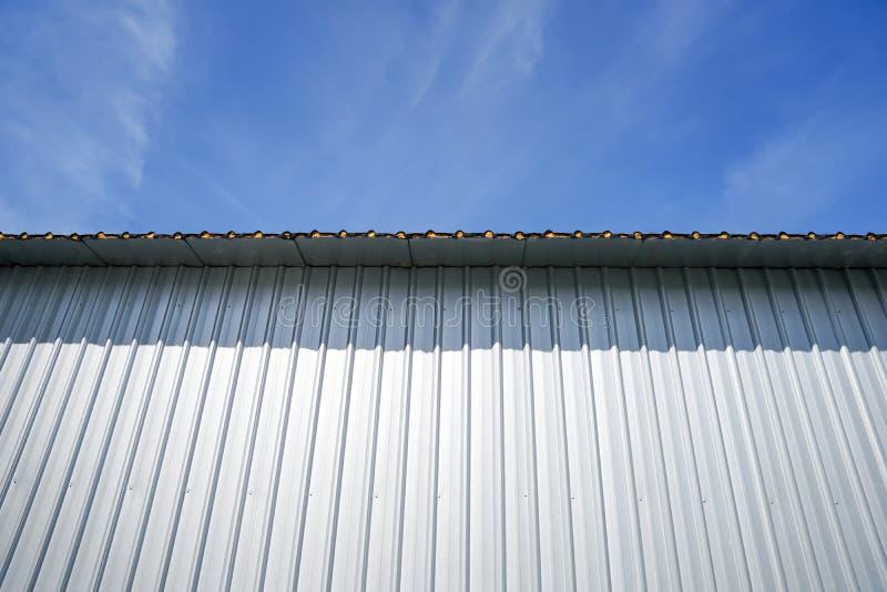 明显地与金属板的美丽的天空蔚蓝 库存照片