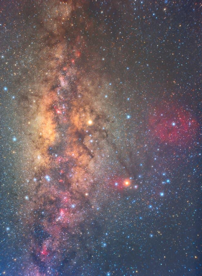 明显地在夜空的银河与百万个星和红色nebul 库存图片