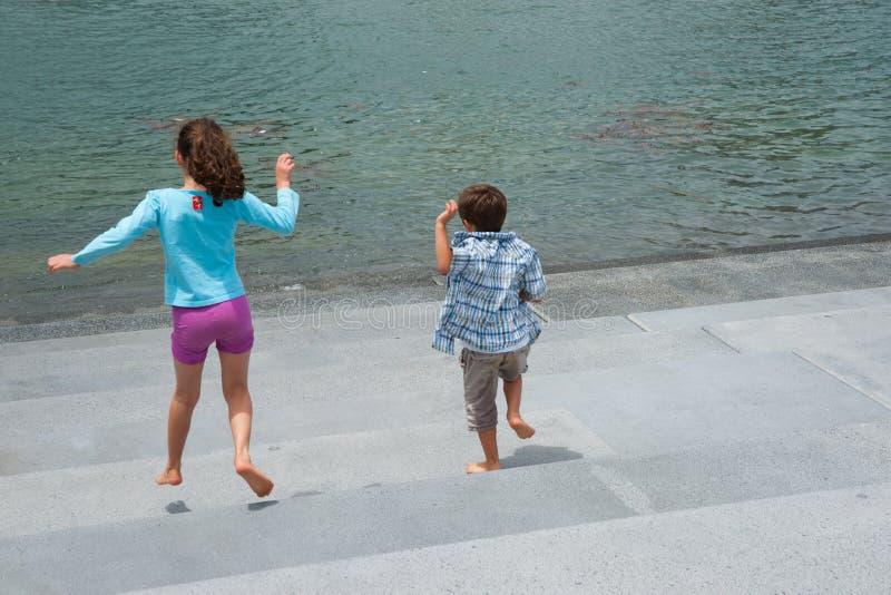 明显地愉快从自由孩子的感觉跑dow的 免版税图库摄影