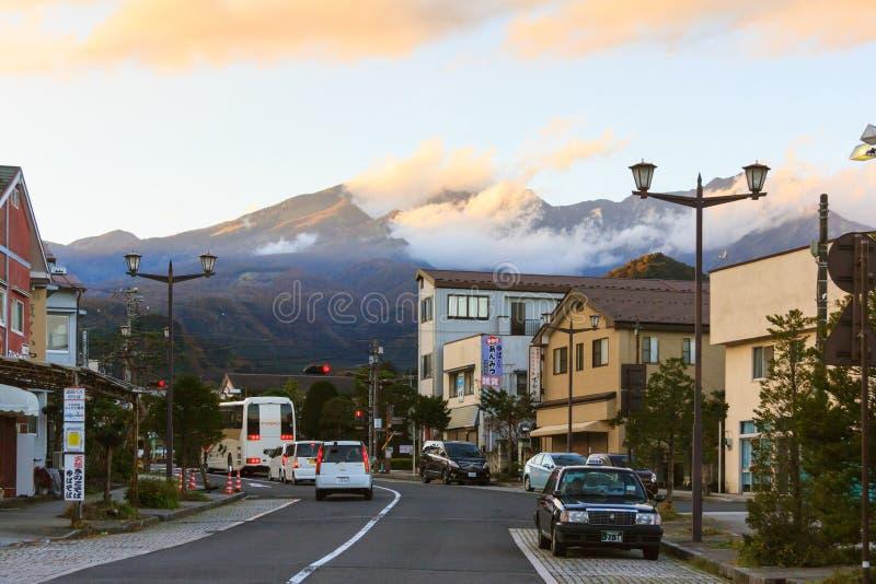 黎明晚上山的日本日光市 免版税库存图片