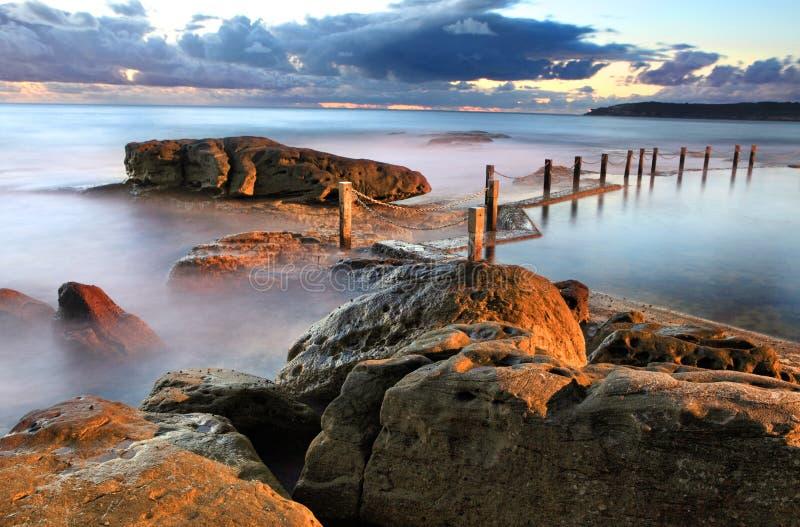 黎明海岸线和马翁岩石水池 库存图片